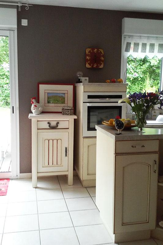 Le meuble prône fièrement dans la cuisine