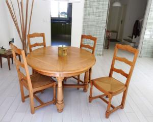 Table et chaises de style rustique